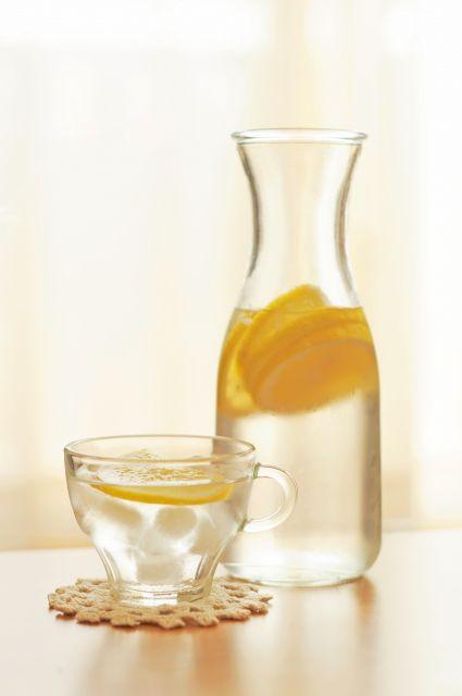 縦にスリムな、レモン水の入ったカラフ