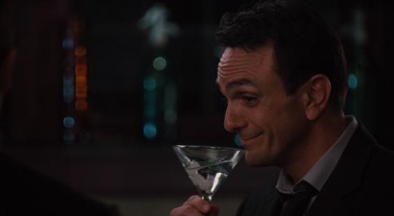 映画Love and Other Drugsでギブソンを飲んでいるハンク・アザリア演じるスタン・ナイト博士